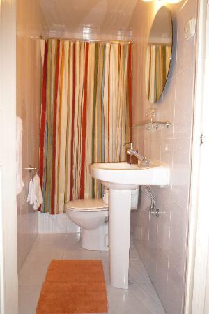 Hostal La Fontana: baño privado
