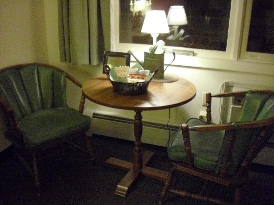 Colony Motel: Table by the window with country lamp