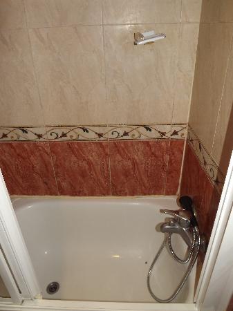 Hostal Tijcal: Vasca. da notare il porta sapone distrutto e la vasca macchiata