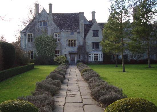 Avebury Manor: Path to manor