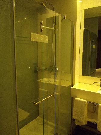 Eurostars Panorama Hotel: la douche, très spacieuse