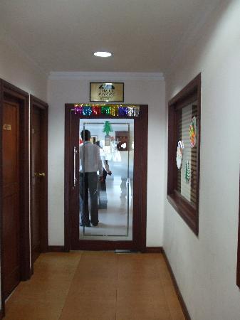 Isaac's Residency: Hallway near lobby