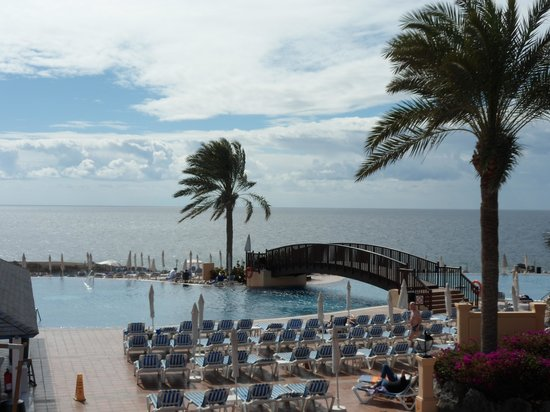 Bahia Principe Costa Adeje: Bridge over infinity pool....this is a cold pool =)
