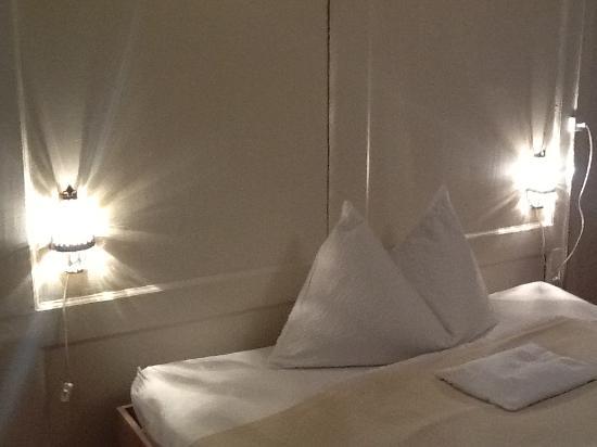 gg27 Bed & Breakfast: Bett mit Lampen