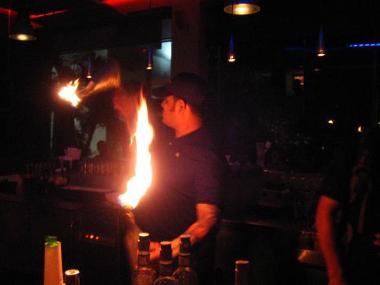 Decameron Cartagena: Le barman qui joue avec le feu.