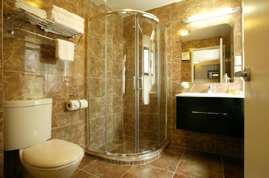 Quality Suites Alexander Inn : Our marble tiled bathrooms are fully equipped