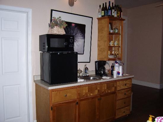 Davie School Inn: coffee/microwave/dishes/sink