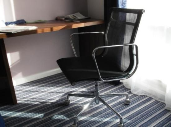 Holiday Inn Express Cambridge Duxford M11 Jct 10: A very comfortable and light chair!