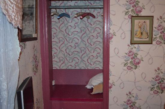 Farnsworth House Inn: Closet in the Eisenhower Room