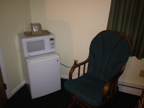 Rodeway Inn Lee: micro fridge and microwave... nice touch!