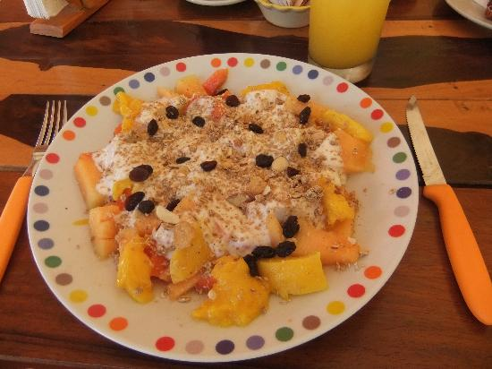 El Cafecito: fresh fruit with yogurt