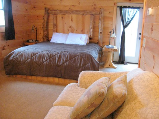 Pine Cove Lodging: King bed