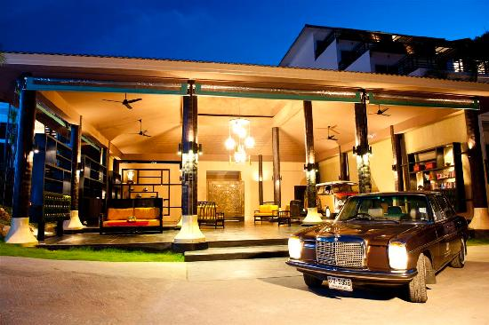 Mantra Samui Resort: Reception at Night with our 37 year old Mercedes