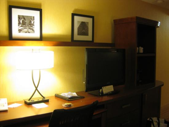 Courtyard by Marriott Ottawa Downtown: Desk and TV opposite beds