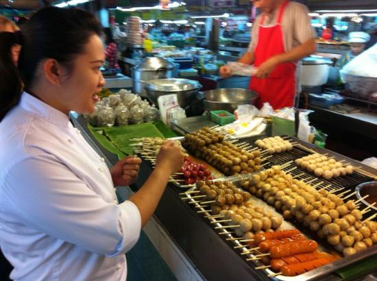 The Dhara Dhevi Chiang Mai: Instructor taking us on tour of market