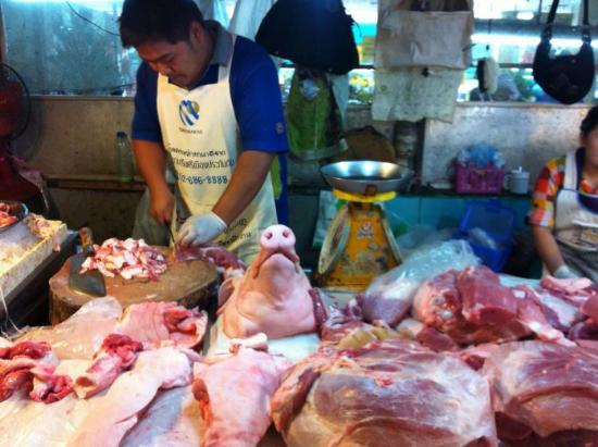 The Dhara Dhevi Chiang Mai: Really interesting things to see at food market