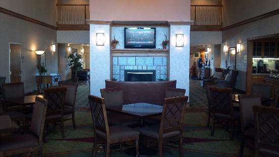 Homewood Suites by Hilton St. Petersburg Clearwater: Dining Area/Looking toward front desk
