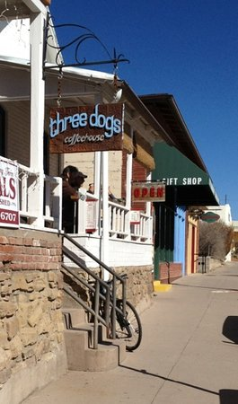 Three Dogs Coffeehouse and Eatery : Three Dogs Coffeehouse from outside