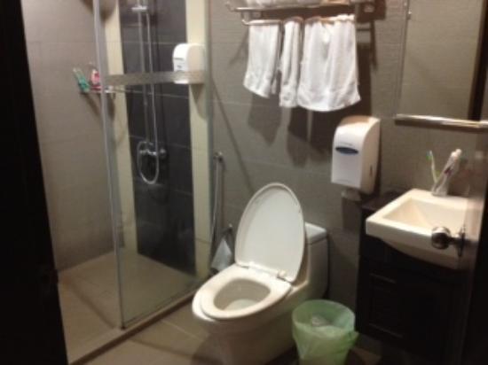 Rail Hotel: Modern Bathroom