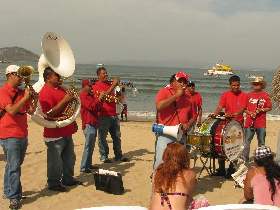 Decameron Los Cocos: Band on the beach