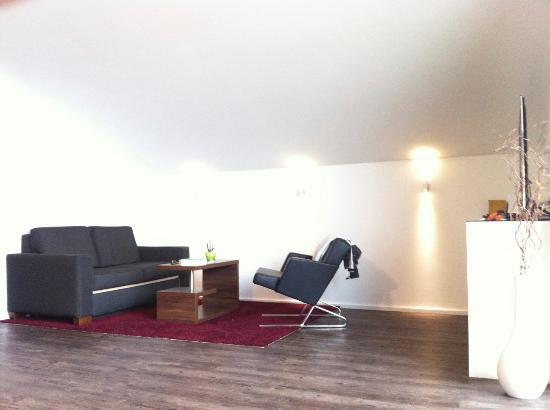 Wohnzimmer mit blick auf den see bild von hotel neuer am for Chiemsee design hotel