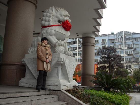 Chenmao Sunshine Hotel: Вход в отель