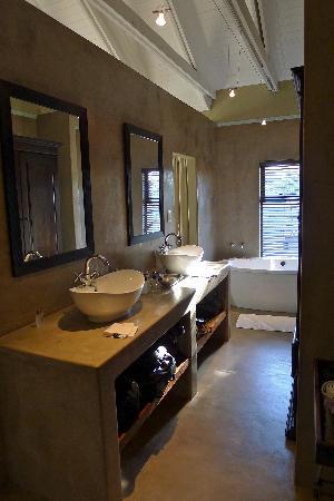 Mongoose Guesthouse: Bathroom