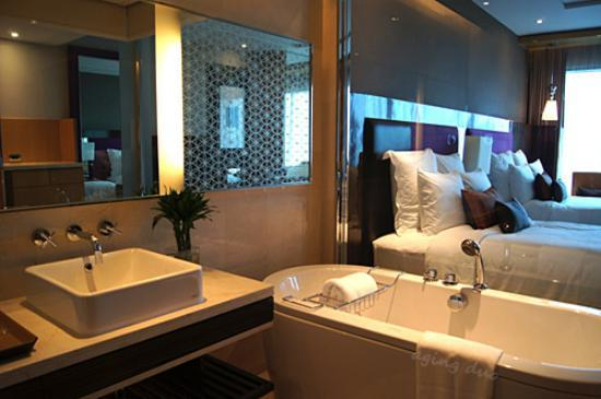 Renaissance Bangkok Ratchaprasong Hotel: glass wall bathroom