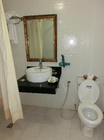 Bro&Sis Hotel - Hang Bun: bathroom not very clean