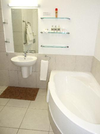 Bosavern Guest House: A typical bathroom with bath