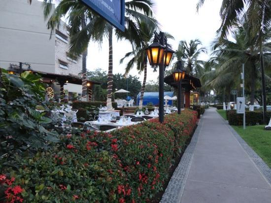 Ixtapa Island (Isla Ixtapa): Calles y restaurantes por la tarde!!!