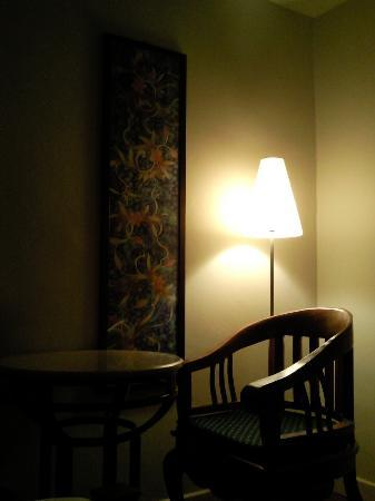 Seri Costa Hotel-Resort: Room with table and lamp