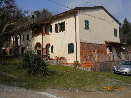 Touristic Farm Podere Chiasso Gherardo: la struttura dall'esterno con entrata della camera e posto auto direttamente sotto la camera