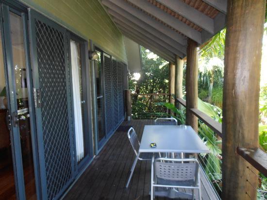 BIG4 Airlie Cove Resort & Caravan Park : Bali Villa deck