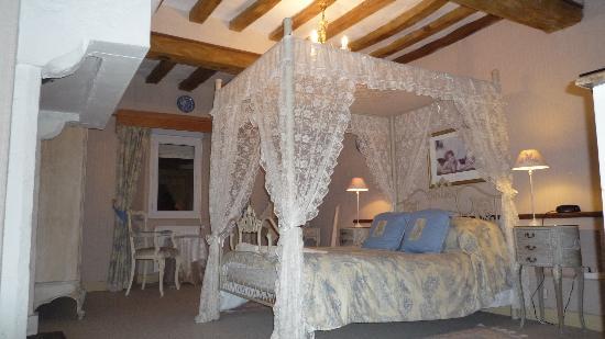 Le Hommet-d'Arthenay, France : lovely room with ensuite bathroom.