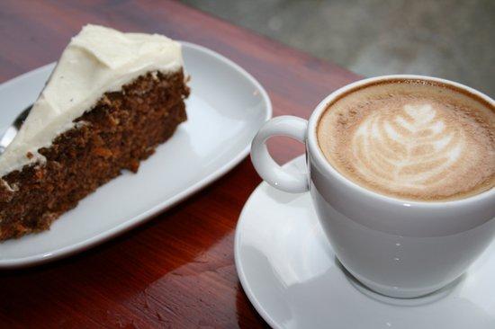 Cafe Ole: CaféOlé cappuccino og gulrotkake