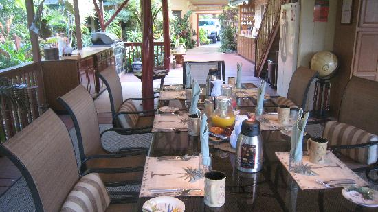 Honu Kai B&B : breakfast table