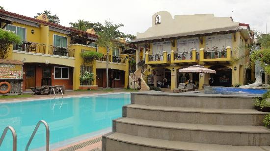 Crown Regency Residences Davao: Schöner Pool - schlechte Zimmer
