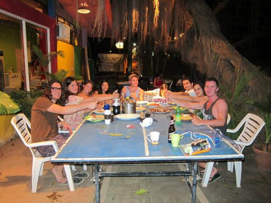 La Oveja Negra Hostel and Surf Camp: Hostel dinner