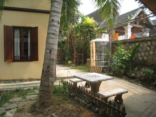 Khoum Xieng Thong Boutique Villa: Garden at the back (near budget bungalow)