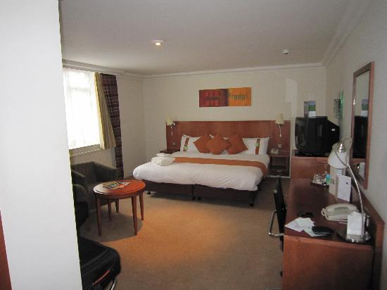 Holiday Inn London - Elstree: View into bedroom from door