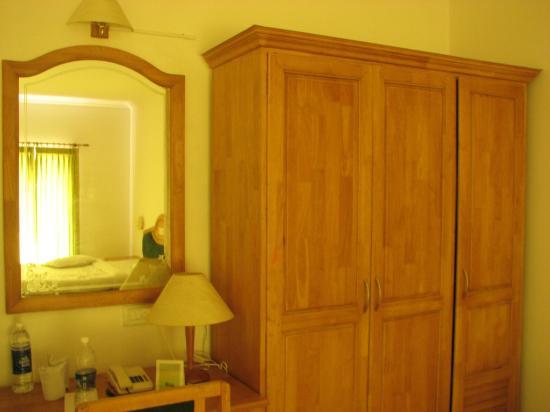 Periyar Meadows Leisure Hotel: Wooden Closet
