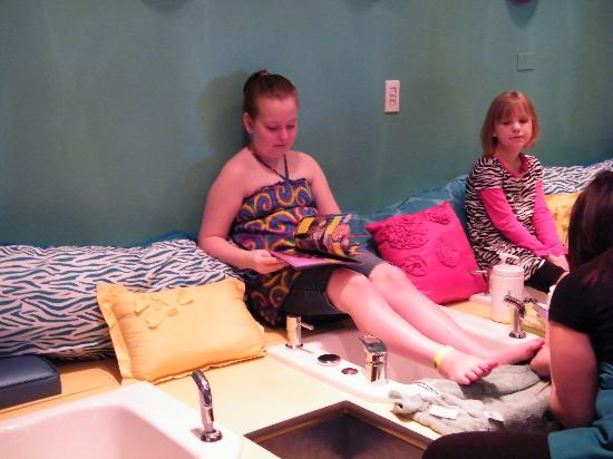 KeyLime Cove Indoor Waterpark Resort: Gettin a pedi at the Kids Spa