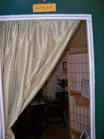 Haiku Plantation Inn: Maui Bed and Breakfast: No door; just a curtain in den.