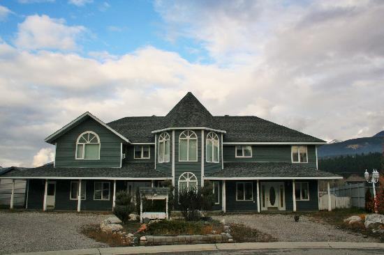 River to Peaks Inn: Outside View