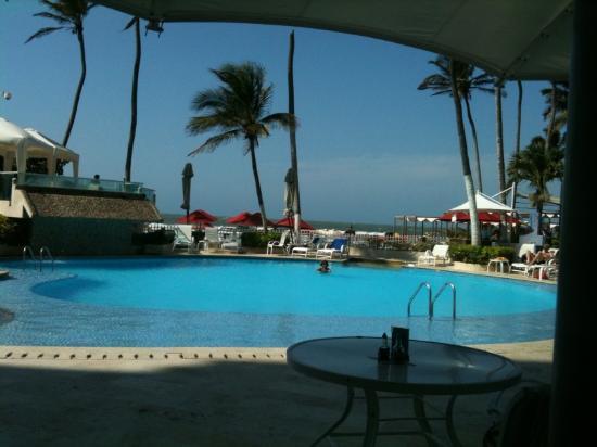 Hotel Dann Cartagena : La piscina vista desde el restaurante...