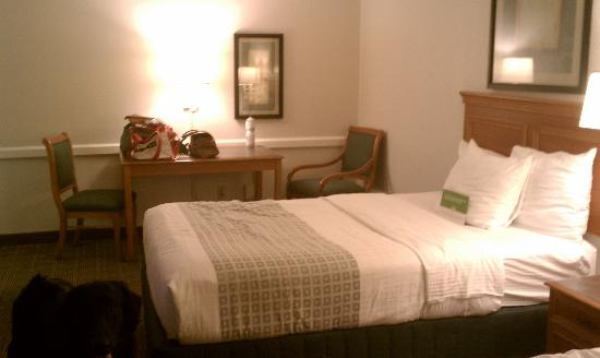 La Quinta Inn Tallahassee North: Bed and table