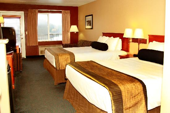 Best Western Plus Columbia River Inn: Our Two Queen bedded room with balcony and view of Columbia River