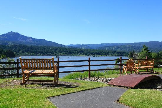 BEST WESTERN PLUS Columbia River Inn: Enjoy our outdoor seating and spectular view