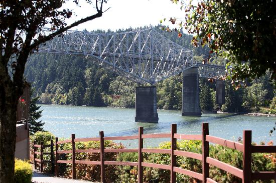 Best Western Plus Columbia River Inn: Walking path at the hotel and view of The Bridge Of The Gods